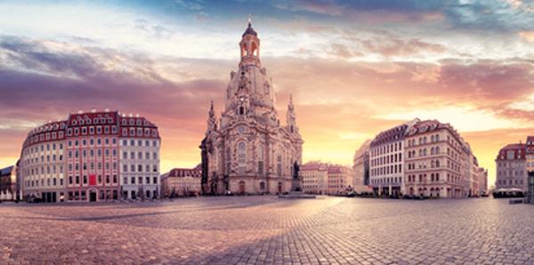 Neumarkt Dresden mit Ansicht auf Frauenkirche und K2 untergehende Sonne